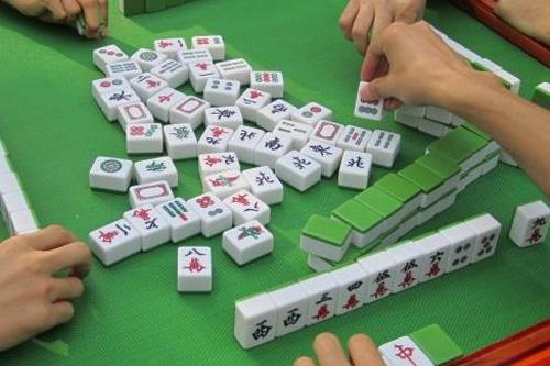 打麻将是怎么打的